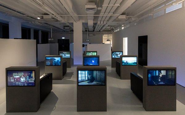 《你好,尽头!》 2017年 高清录像装置(彩色、有声) 40 分钟 艺术家、京都艺术中心、上海外滩美术馆、麓湖-A4美术馆借出 展览现场照片(2019),摄影:Winnie Yeung @ iMAGE28 图片由香港M+提供