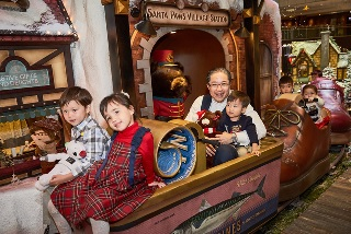 Mr Raymond Chow, Executive Director of Hongkong Land, joined with the villagers from Santa Paws Village to enjoy Santa Paws' magical market in celebrating all the festive sentiments of the Christmas period.