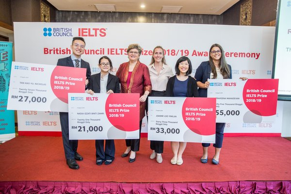 From left to right: IELTS Prize 2018/19 winners Nicholas Tan Hao Yu (local 2nd Prize winner), Nadia Izzati binti Zamri (local 3rd Prize winner), British Council Director Malaysia Sarah Deverall, British Council Cluster Commercial Manager Samantha Smith, Joanne Loo YingJia (local 1st Prize winner), and Praveena Mahadevan (regional 2nd Prize winner).