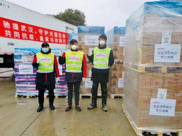 2月10日,皇家宠物食品捐赠6.8吨宠物犬猫粮驰援武汉滞留犬猫救助
