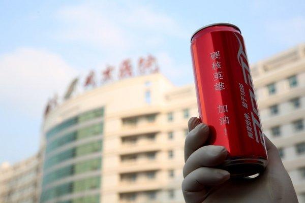 """""""净水24小时""""为当地一线人员急送的特别定制罐饮料产品"""