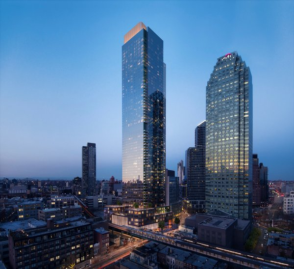 Skyline Tower terletak di Long Island City