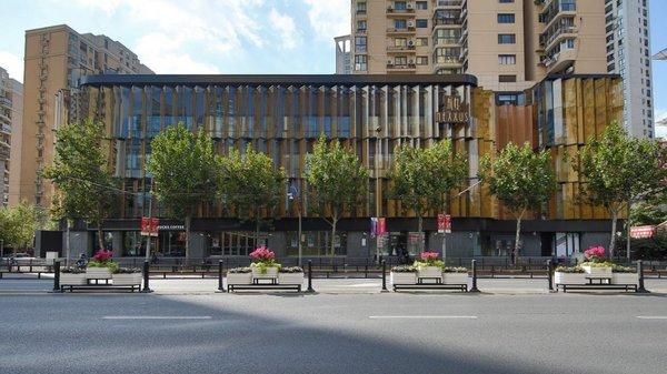 硬朗的金属架构与纯粹的玻璃幕墙相结合,构成错落层叠的外观建筑美学