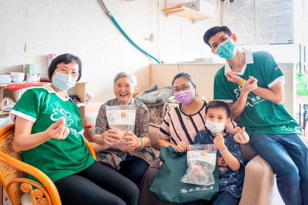 Volunteers from the Hang Lung As One Volunteer Team help deliver fresh food packs to low-income families, the elderly and disabled in the Shek Kip Mei and Kai Tak areas.
