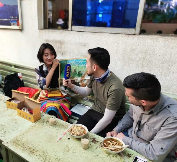 Drink Tibetan tea with locals. /CGTN