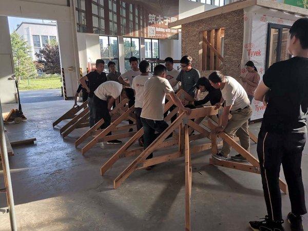 实践课,学员亲自参与木结构搭建过程