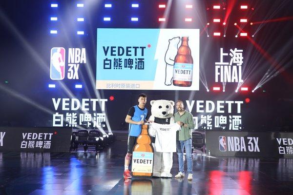 督威中国总经理郝洋(右)为白熊啤酒4分球挑战赛冠军球员之一王晶(左)颁奖