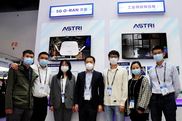ASTRI staff members introduce ASTRI's cutting-edge 5G technologies to visitors of the PT EXPO China 2020.